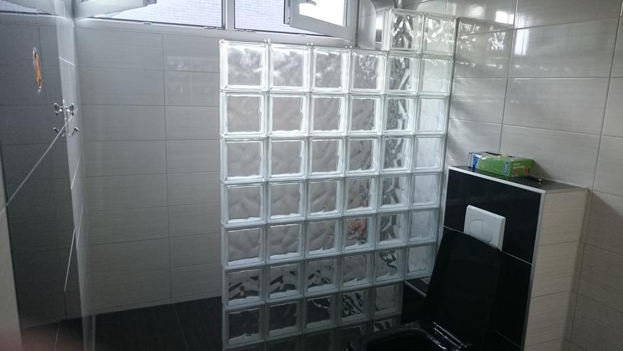 Metselen van muurtje met glasblokken als douche wand werkspot