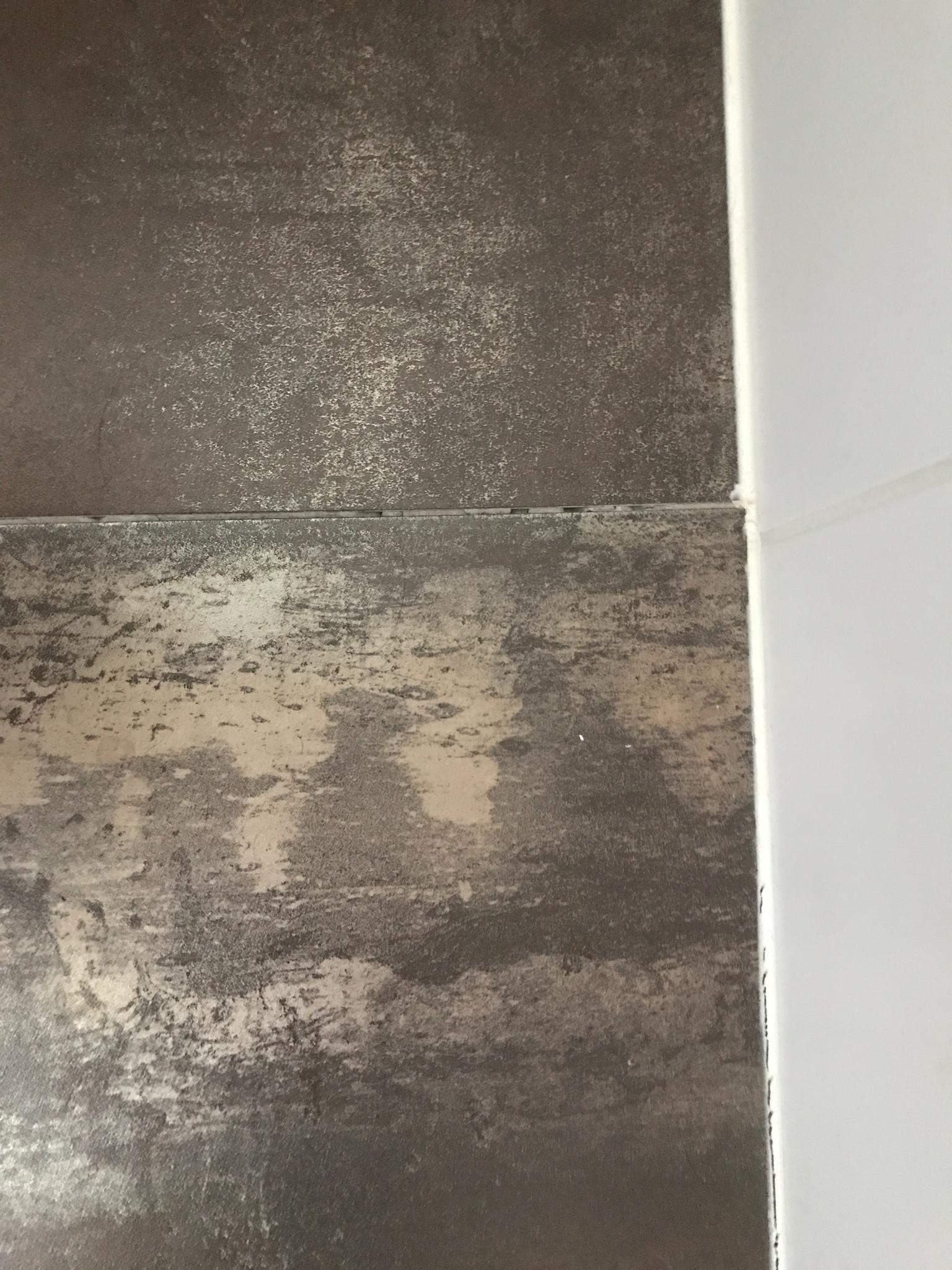 2 badkamer vloer tegels opnieuw leggen en kit werk opnieuw doen ...