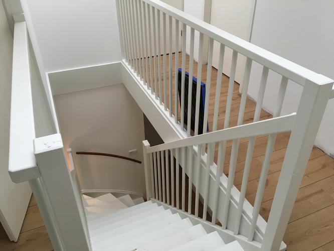 Schilderen houten trap balustrade en kozijnen werkspot for Balustrade trap