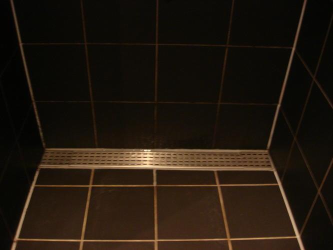 lekkage via voegen rondom douche-afvoer - werkspot, Badkamer