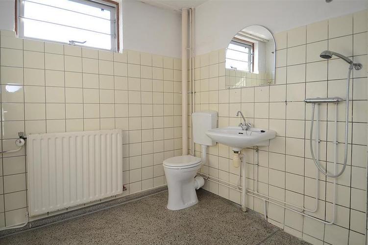 Granito vloer / Terazzo vloer badkamer verwijderen en wanden. Kaal ...