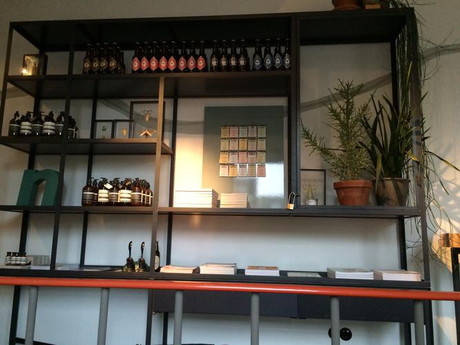 We willen een open vitrine kast laten maken van metaal werkspot
