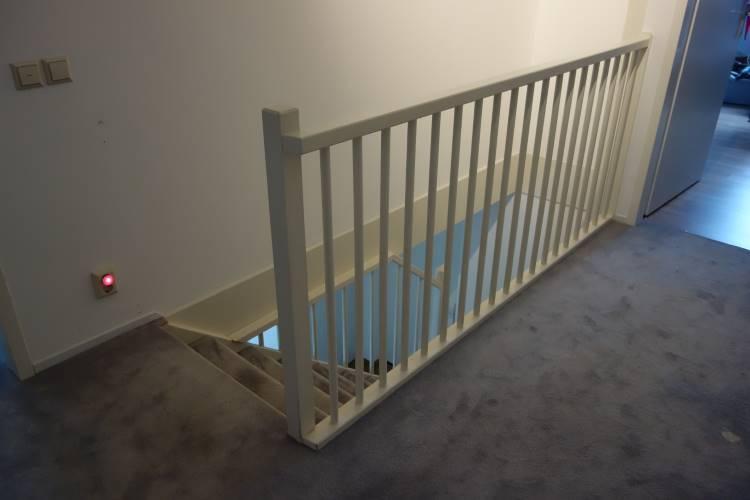 Houtwerk trap met hek trapgat en traphek schilderen for Trapgat maken