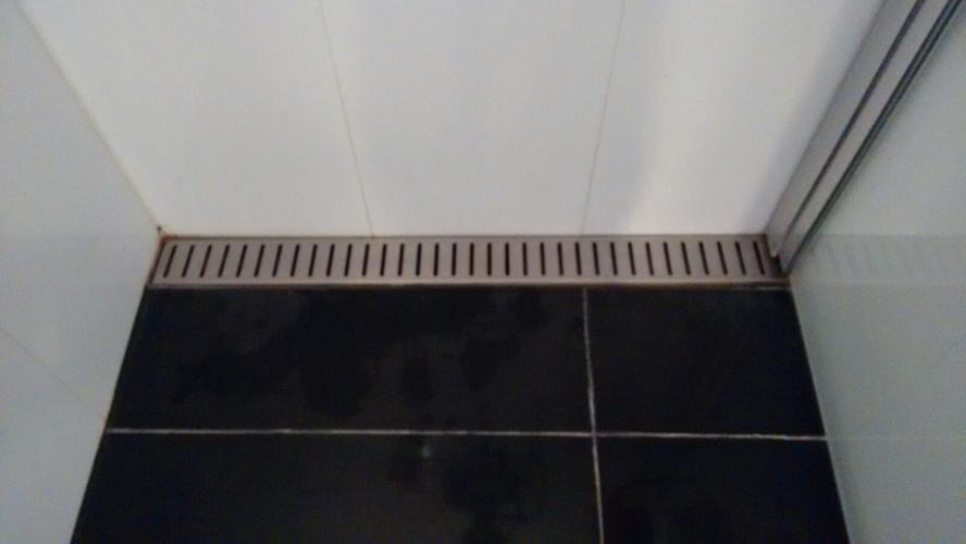 Lekkage in de douchegoot oplossen en radiator in badkamer