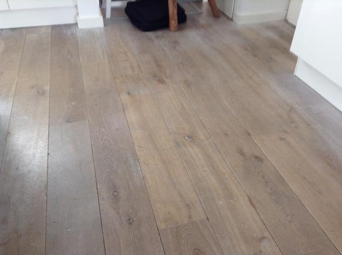 De houten vloer schoonmaken en in de olie zetten white wash of