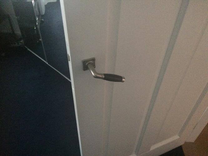 Repareren deurklink en nieuwe slot plaatsen slaapkamer deur - Werkspot