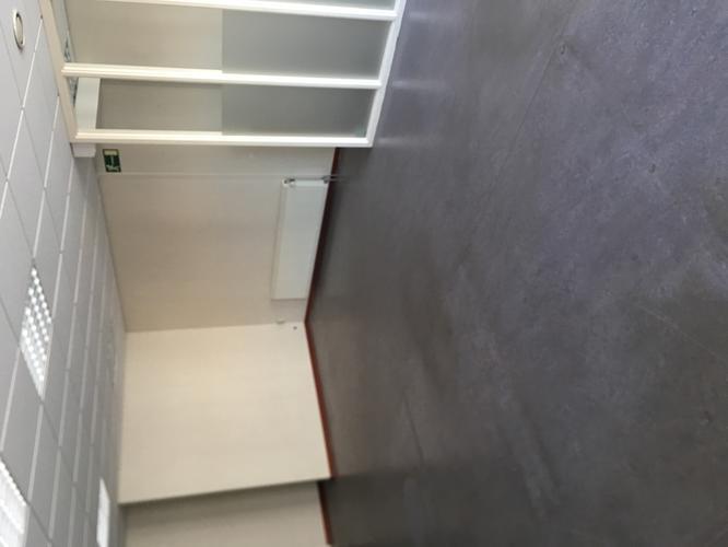 Schoonmaken en behandelen linoleum vloer m bedrijfsruimte