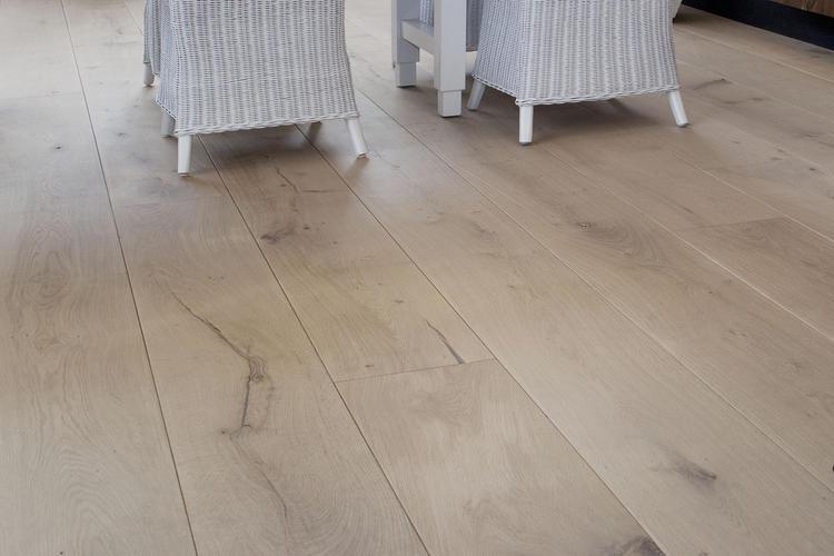 Lichter maken van een geoliede eiken houten vloer werkspot
