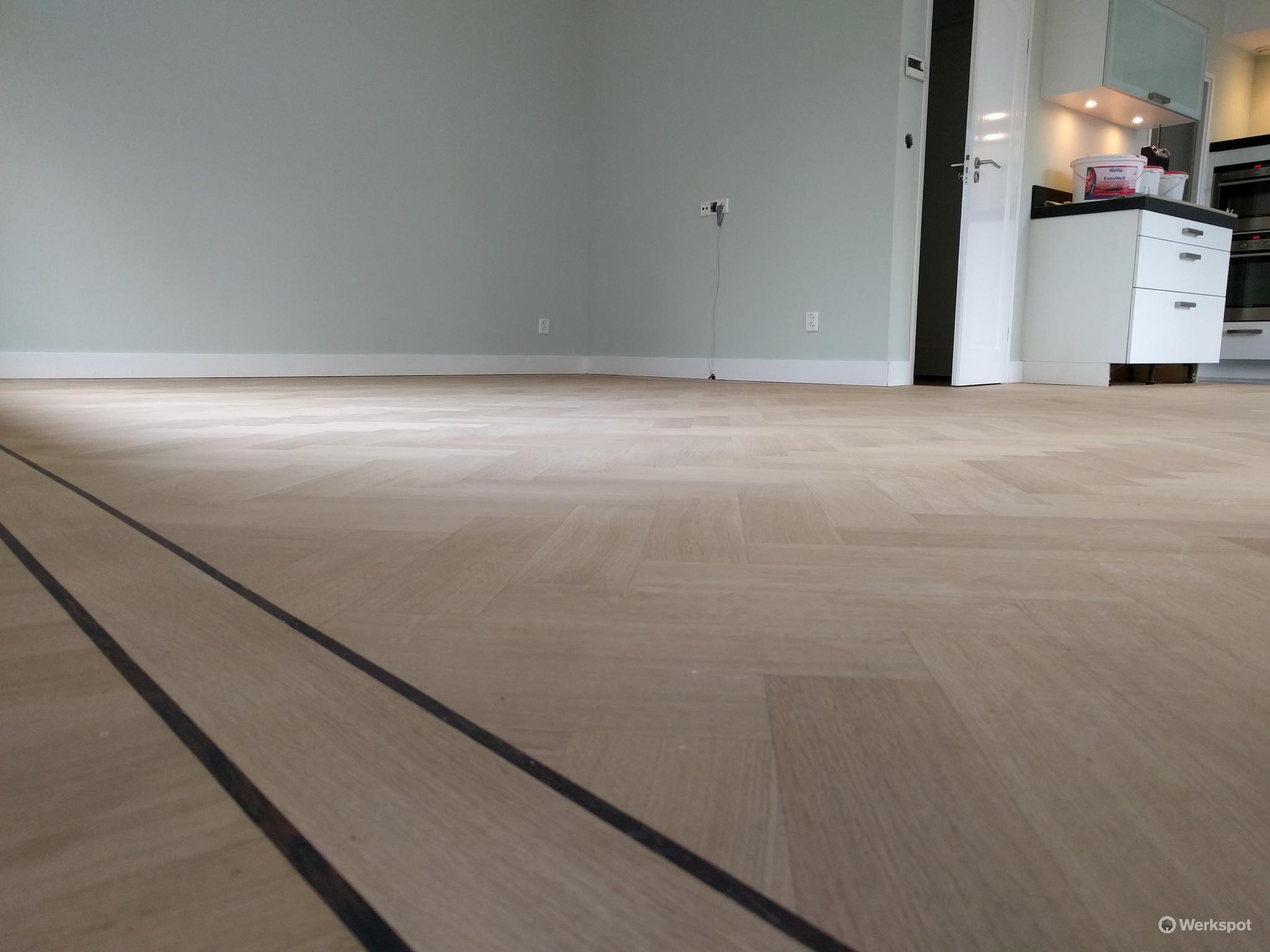Visgraat planken vloer schuren en lakken met skylt werkspot