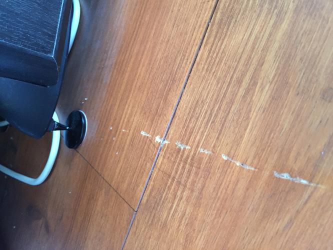 Pvc Vloer Repareren : Krassen op pvc vloer verwijderen: kinderen en huisdieren op een