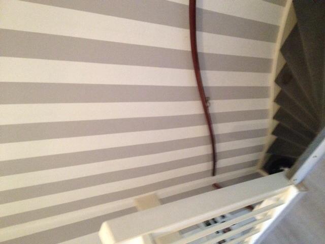 Behang trapgat hal met glasweefselbehang werkspot for Trapgat behangen