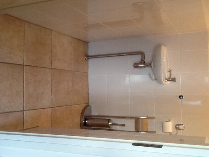 Achterwand Hangend Toilet : Plaatsen van hangend toilet betegelen vloer en achterwand en