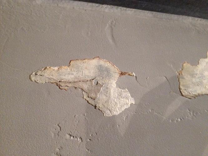 Stuken badkamer muur - verf laat los - Werkspot