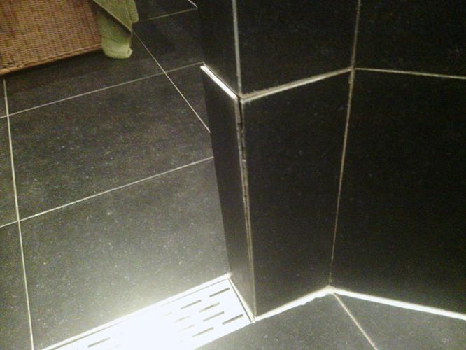 Tegels Badkamer Repareren : Reparatie badkamer tegel en opnieuw voegen werkspot