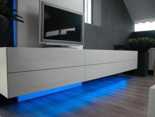 Tv meubel zwevend hoogglans wit op maat inclusief tv wand for Hoogglans wit tv meubel