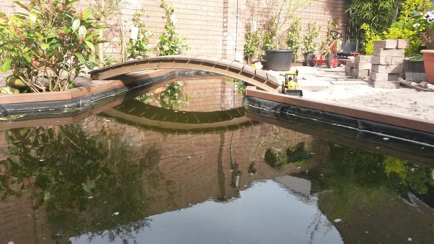 Metalen bruggetje voor over tuin vijver overspanning 101 for Vierkante vijver maken