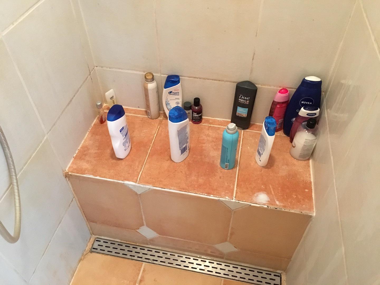Kitten van douche in badkamer en lekkage onder kraan oplossen