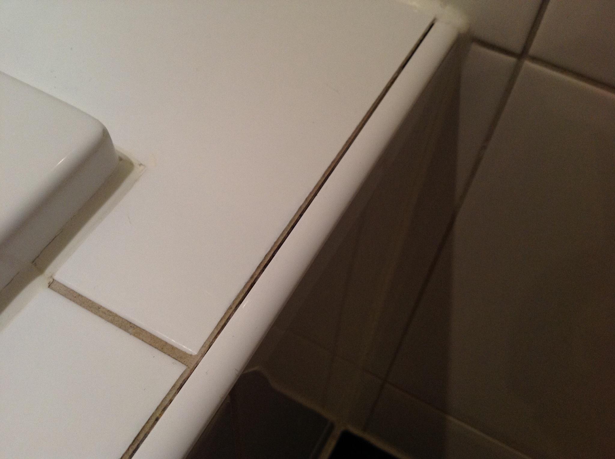 Kit vervangen en voegen repareren tegelvloer badkamer - Werkspot