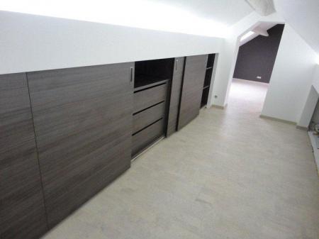 Inbouwkast schuine wand met lades en schuifdeuren voor slaapkamer