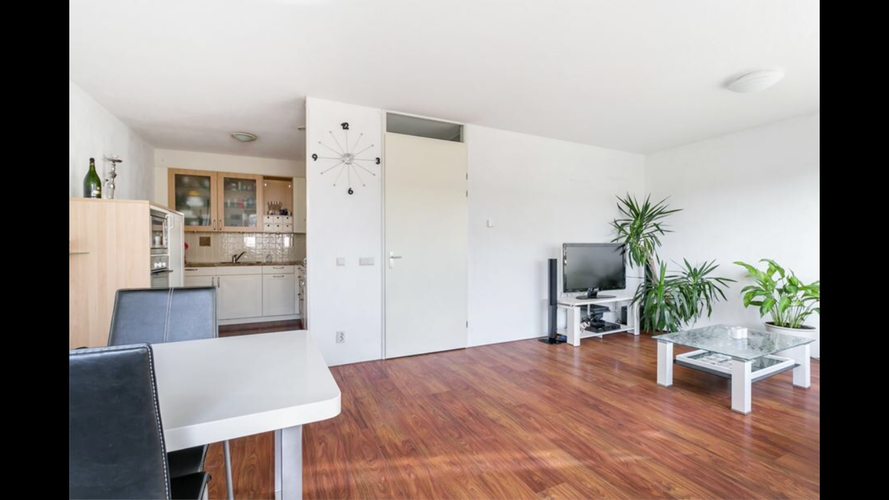 Laminaat leggen in rechte woonkamer en hal. Totaal ca. 40 m2 ...