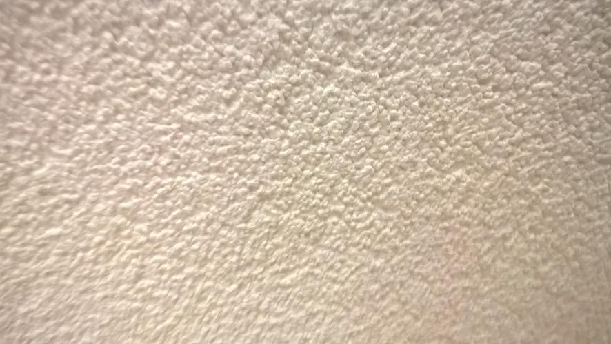Sauzen/spuiten woonkamer en hal (muren 73 m2 en plafond 60 m2 ...
