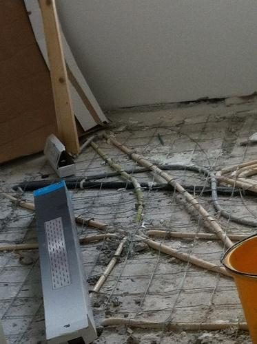Dekvloer badkamer storten + kimband plaatsen en afvoerdrain plaatsen ...