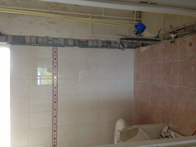 Badkamer slopen, leidingwerk, vloer storten en tegelen. - Werkspot
