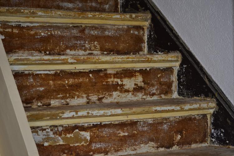 Lijm en tapijtresten van trap verwijderen en schuren for Trap mooi maken