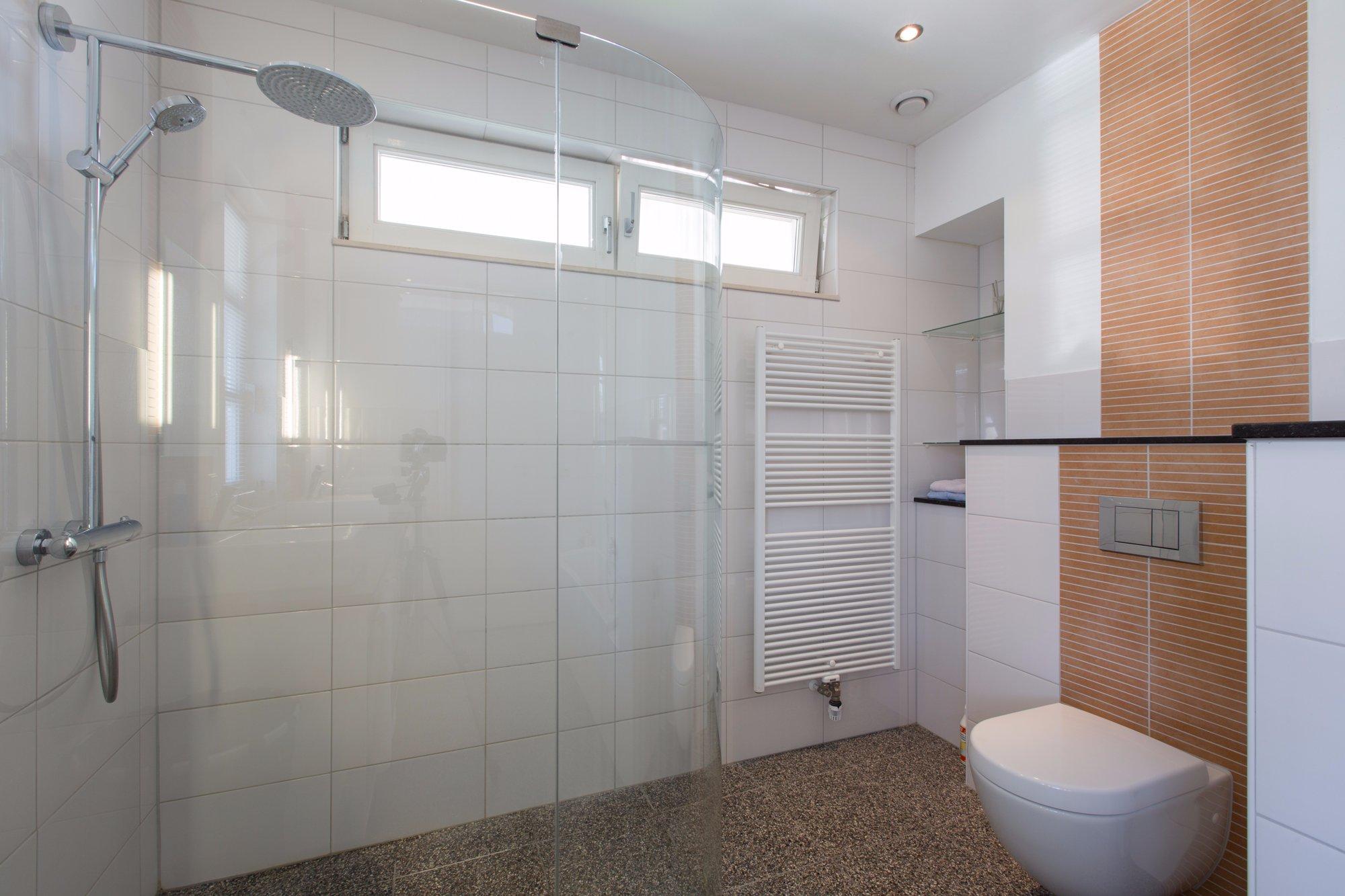 Beton Stucwerk Badkamer : Badkamer het aanbrengen van een troffelvloer en stucwerk beton