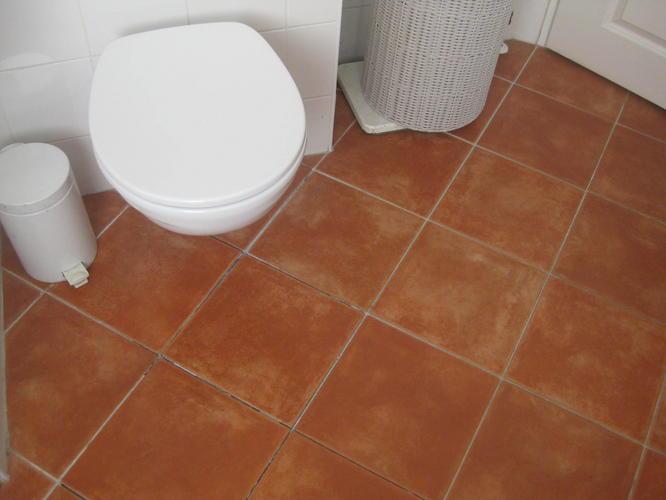 Vloertegels badkamer eruit halen en opnieuw betegelen van de vloer werkspot - Tegelvloer badkamer ...