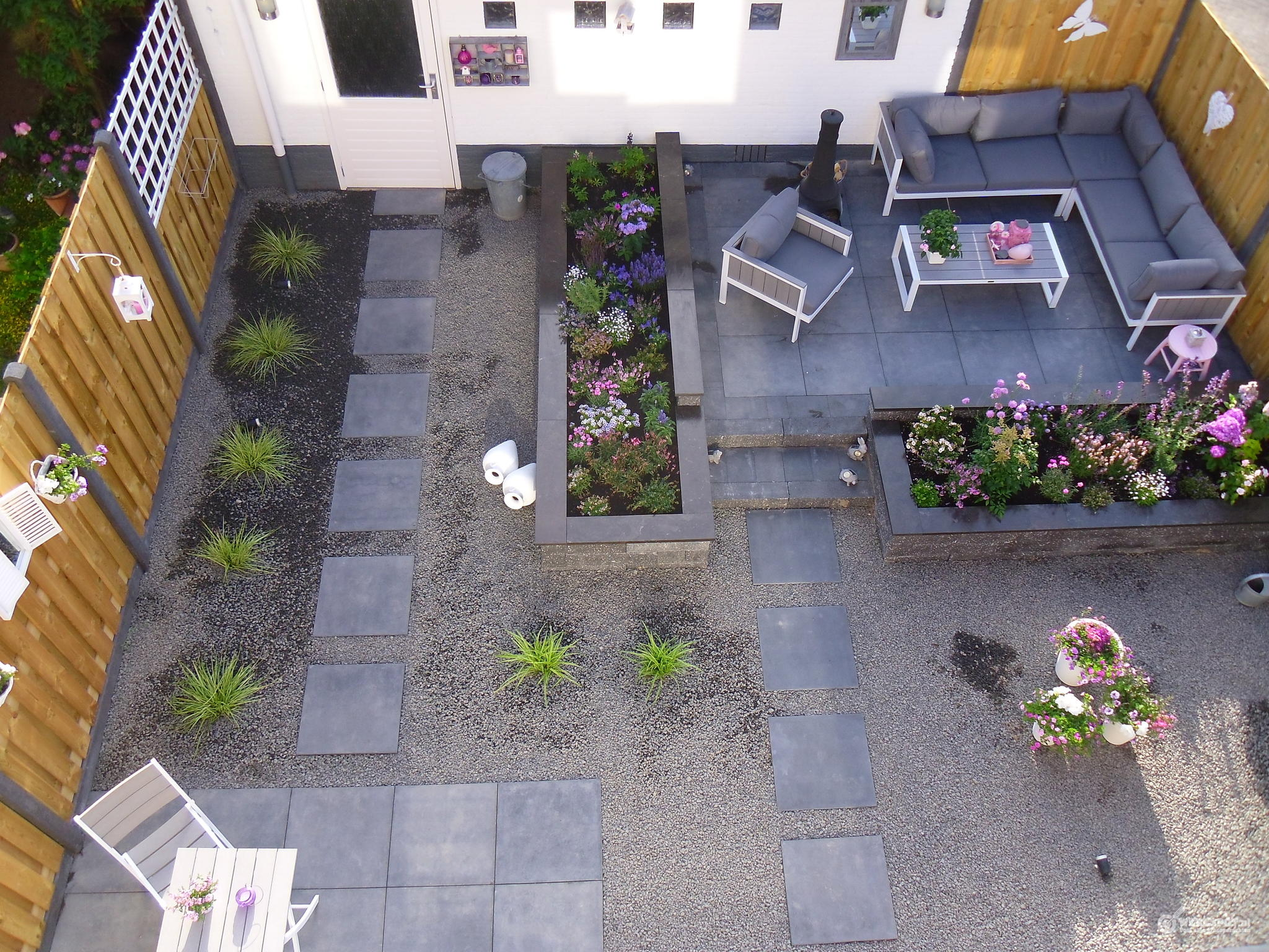 Bestrating ideeen top deze voortuin een strakke en for Bestrating kleine tuin