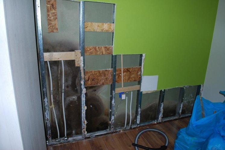 Herstel betegeling badkamer en gipsplaten muren na waterschade ...