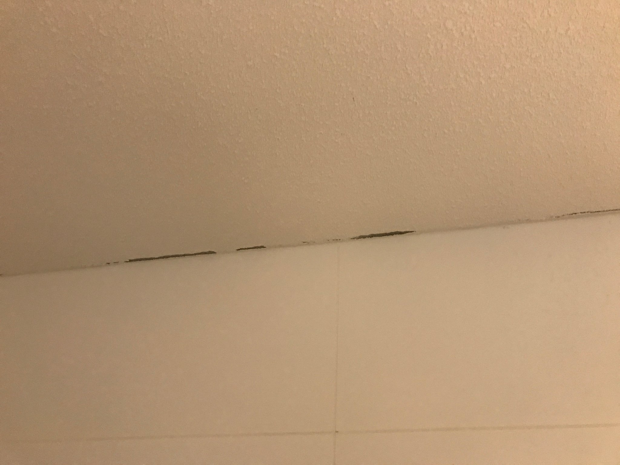 Afkitten plafondrand badkamer zijkant trappen naar 4e en 5e
