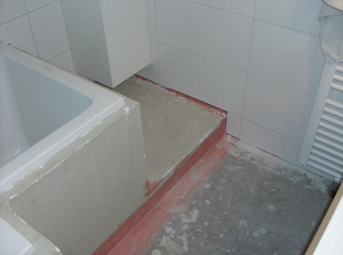 Aftegelen deels betegelde badkamer werkspot - Badkamer betegelde vloer ...