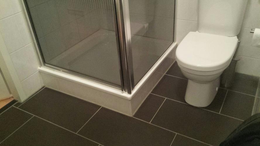 Badkamer Zonder Toilet : Verbouwing badkamer betegelen zonder douchebak en inbouw toilet