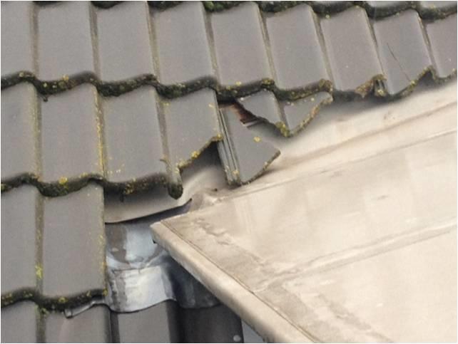 Reparatie zinken dakgoot en vervangen dakpannen die kapot zijn werkspot - Veranda met dakpan ...