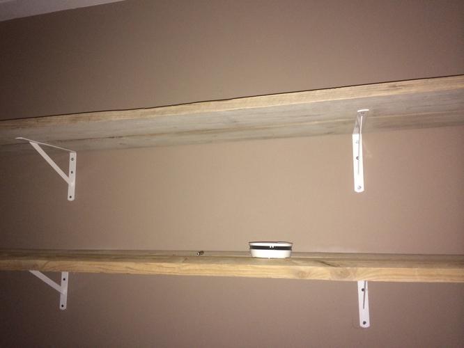Plank Tegen Muur Bevestigen.Vier Eikenhouten Planken Aan Muur Bevestigen Werkspot