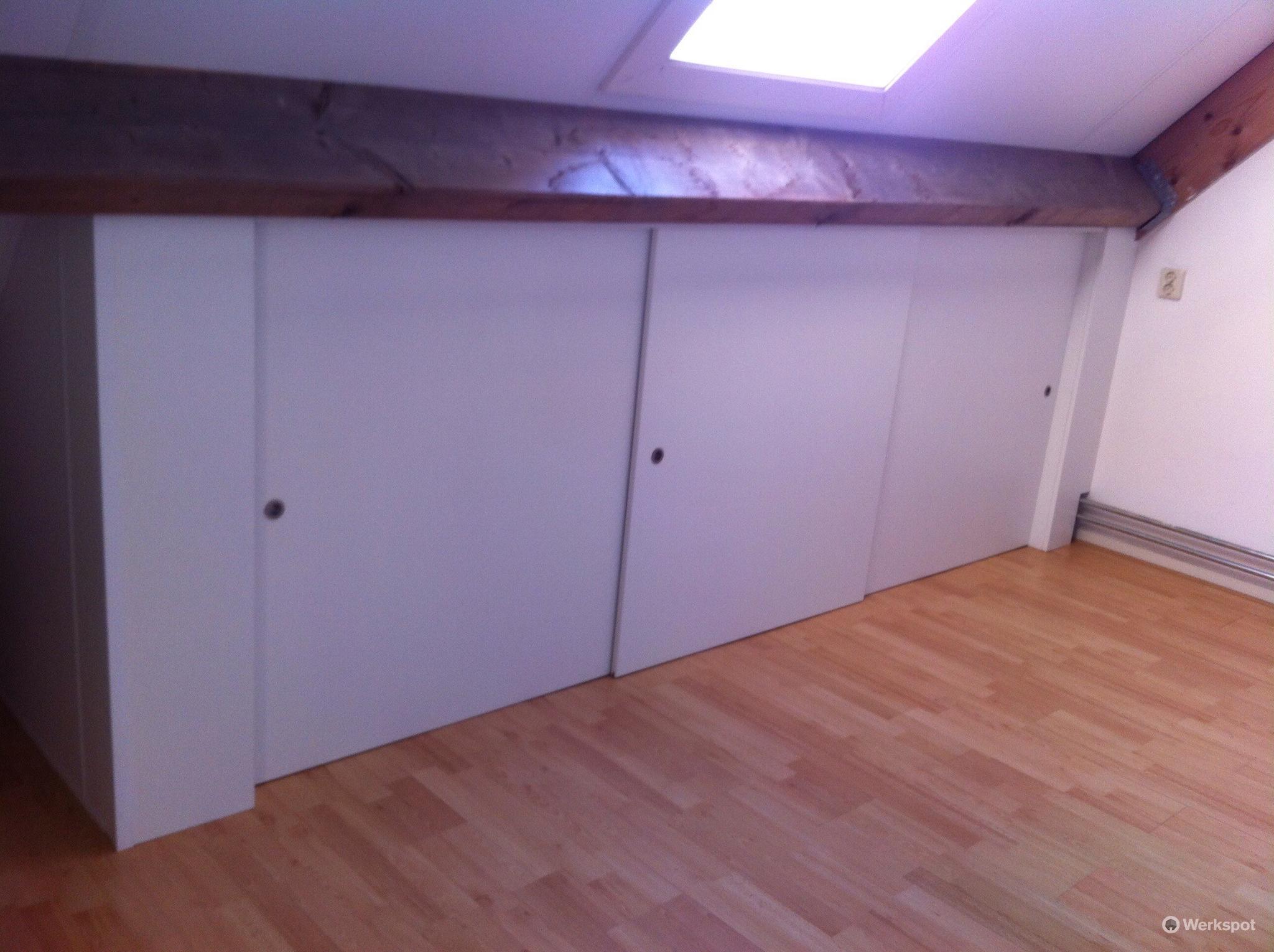 Rails Schuifdeuren Zolder.Schuifdeur Schuine Wand Kleine Slaapkamer Inrichten Ikea Verbouwing