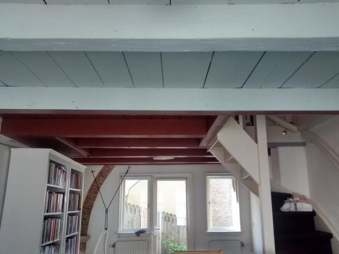 Schilderen van houten balken plafond 2 lagen grondverf en toplaag werkspot - Houten balkenplafond ...