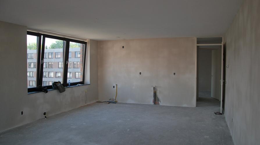 Halfhoge wand bestaande uit gipsblokken en glazenbouwstenen - Werkspot