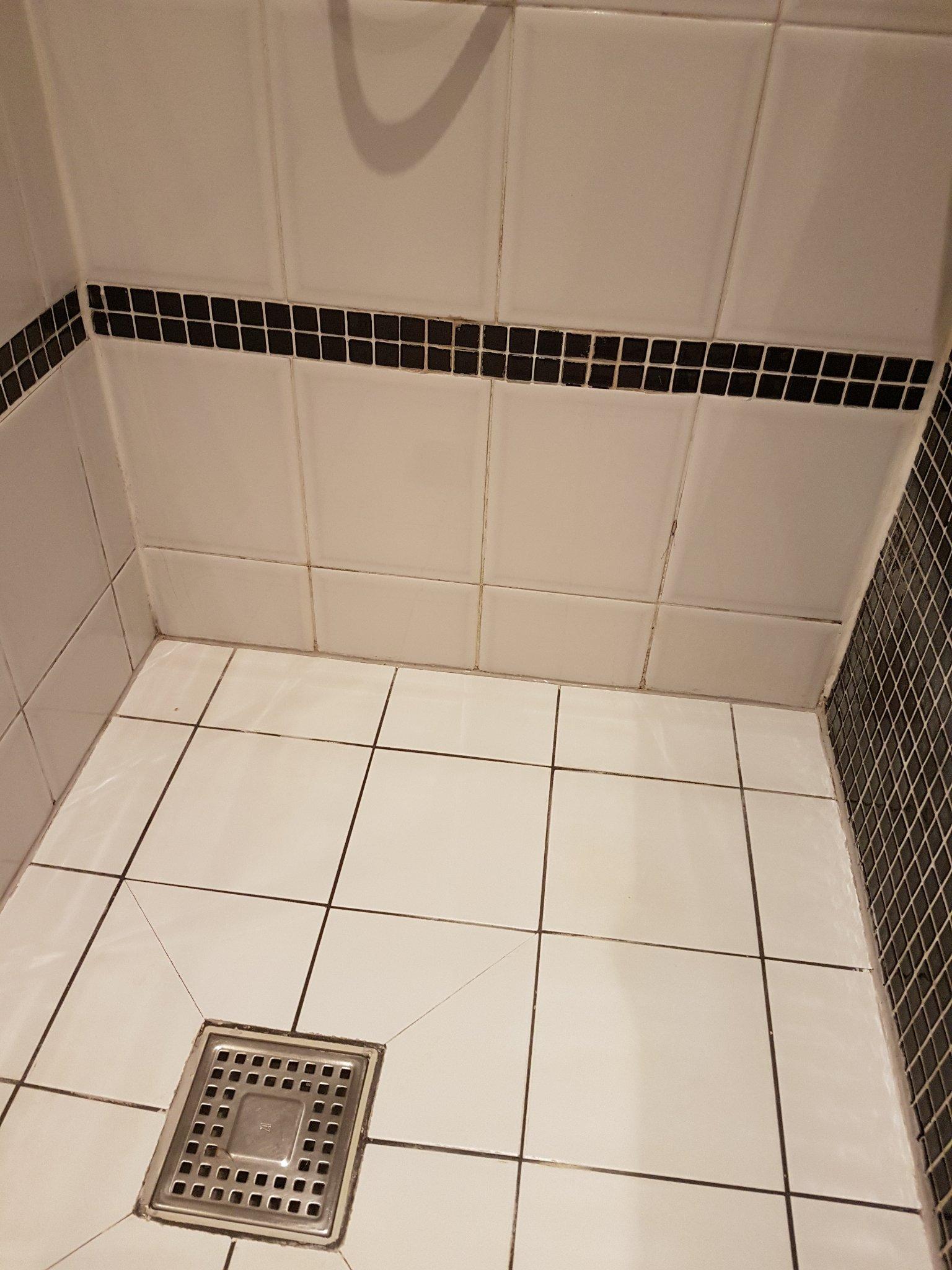 Badkamertegels opnieuw voegen en kitten werkspot - Opnieuw zijn toilet ...