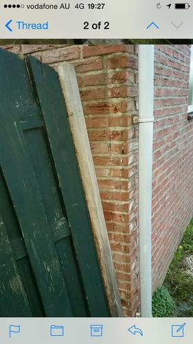 Plank Bevestigen Muur.Schutting Deur Opnieuw Bevestigen Aan Muur Werkspot
