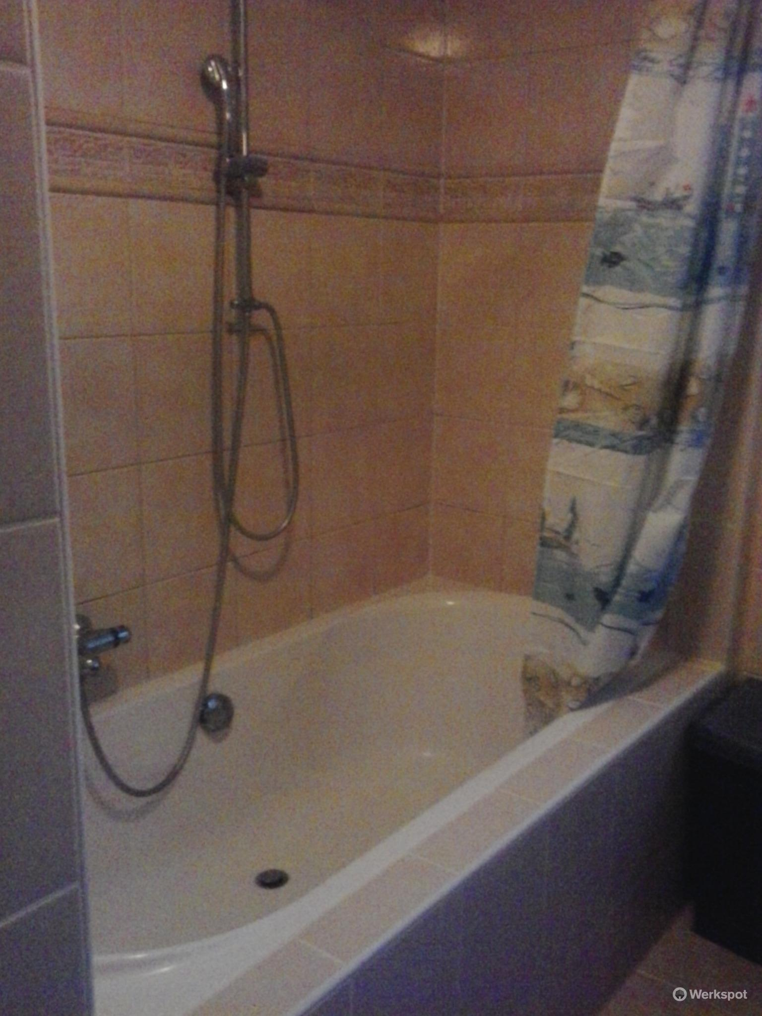 renovatie badkamer (opnieuw kitten bad, wand van glasblokken plaats ...