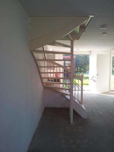 Trap en traphal schilderen werkspot - Schilderen muur trap ...