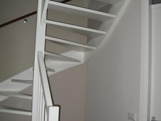 Open trap dichtmaken en deurkozijn en deur plaatsen werkspot - Trap ontwerpen ...