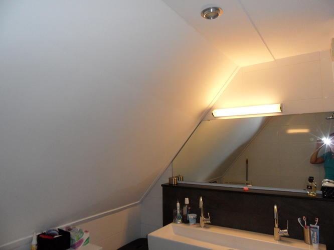 Aanbrengen vochtbestendige stucplaten plafond en schuine wand ...