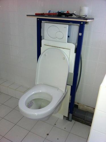 Aftimmeren hangend toilet zodat deze betegeld kan worden for Toilet betegeld