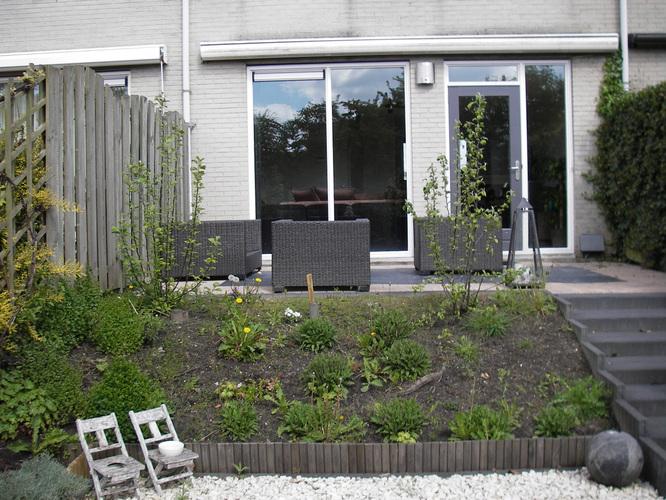 Schuine border ophogen en evt huidig terras opnieuw bestraten werkspot - Tuin hellende ...