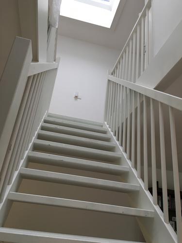 Schilderen houten trap balustrade en kozijnen werkspot - Schilderen muur trap ...
