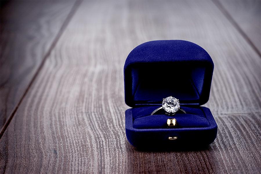 Pierścionek zaręczynowy – o czym pamiętać przy jego zakupie?